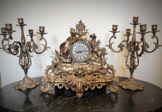 Reloj y candelabros antiguos.