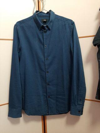 Camisa de hombre azul.