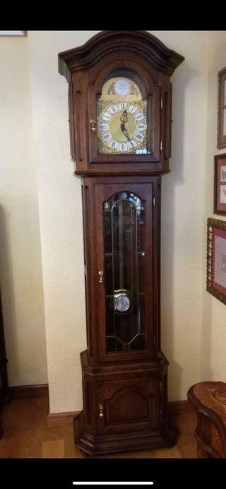 Reloj de pie en madera