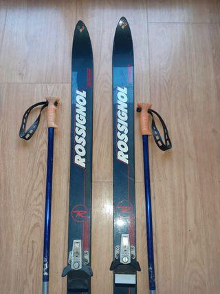 Esquís con bastones y las botas