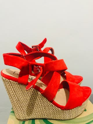 Sandalias rojas de esparto