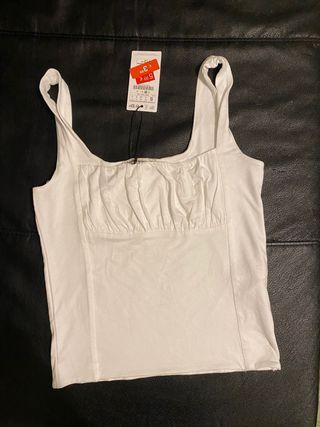 Blusa blanca con etiqueta