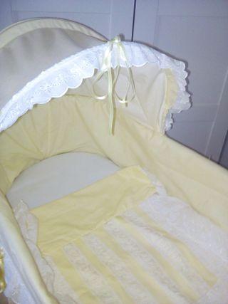 Moisés con cesta de mimbre y vestido