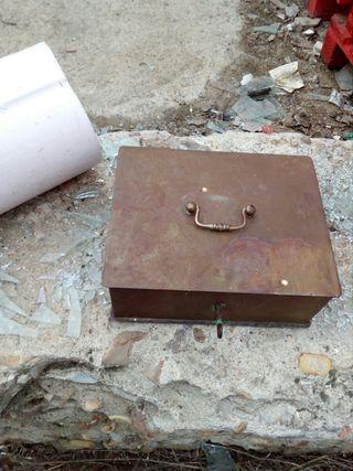 caja de hierro con llave