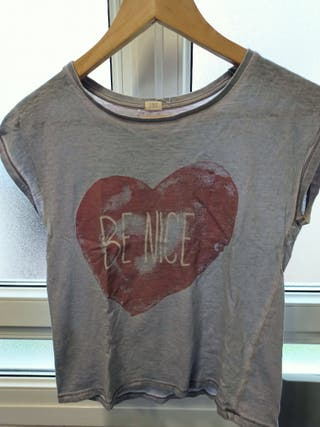 camiseta gris con detalle corazon