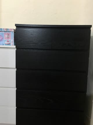 Cómoda de Ikea, 124 x 80 x 48 cm.