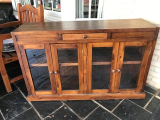 Vitrina de madera con puertas de cristal