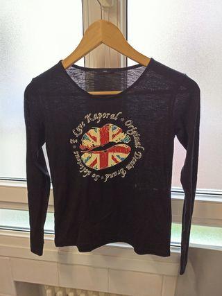 camiseta negra con detalles