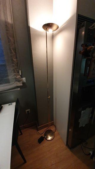 lámpara de pie dorada