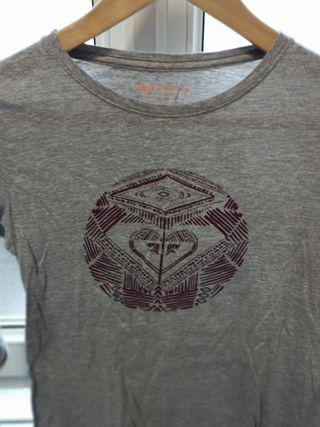 camiseta gris Roxy