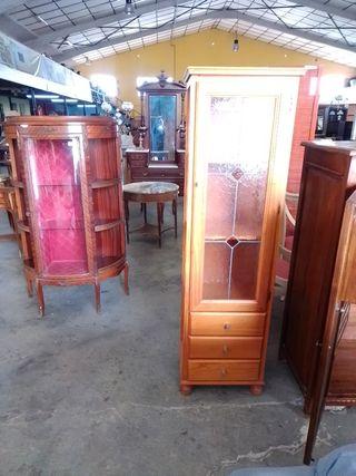 Vitrina de madera,con puerta de cristal