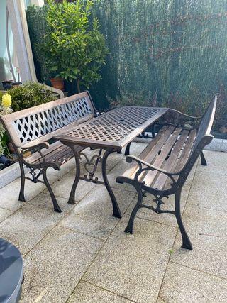 Mesa y bancos de jardin o terraza