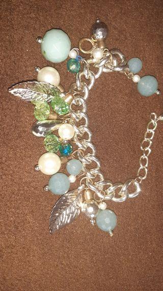 pulsera dorada y perlas