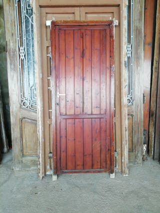 puerta de madera antigua de paso