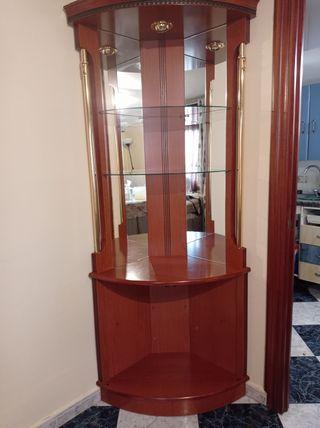 vitrina de madera y cristal
