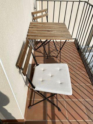 Mesa y sillas con cojines