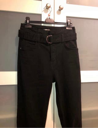 Pantalón Tejano Negro Bershka con cinturón
