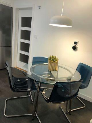 Mesa redonda cristal y cuatro sillas azules