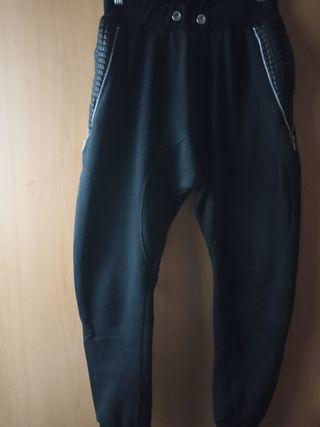 pantalón tipo cargo de chándal color negro