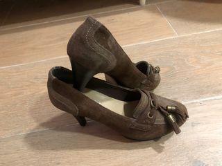 Zapato de tacón de piel en tonos marrones