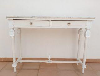 Mesa antigua de madera y mármol.