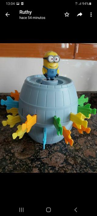 Juego Minions barril. Divertido juego para niños.