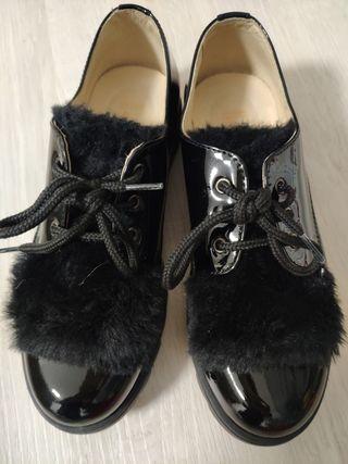 zapato negro de charol marca andanines