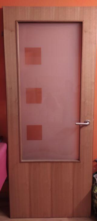 puerta de cristal con maleta
