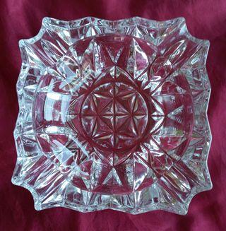 Cenicero de cristal tallado.