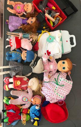 Conjunto de juguetes, muñecas y peluches