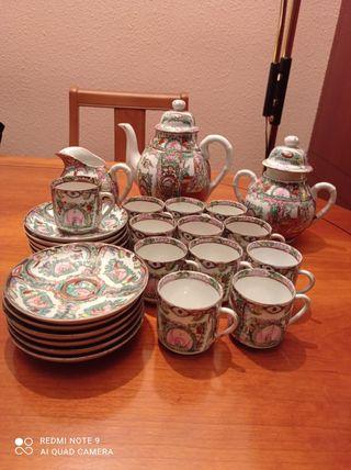 Juego de tetera, platos y tazas de café