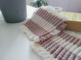 Posavasos de macramé rosa claro y blanco