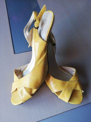 sandalias tacón pequeño amarillas