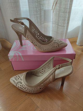 Zapatos beige tacón destalonados