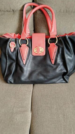 bolso negro y rojo