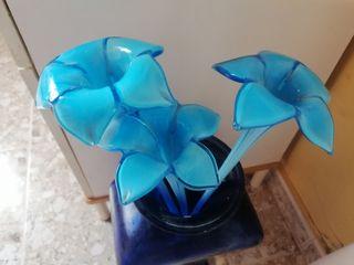 jarrón de cristal con flores de cristal.