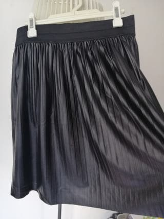 Falda de piel plisada negra