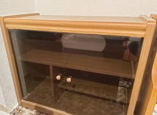 Mueble para poner televisión con puerta de cristal