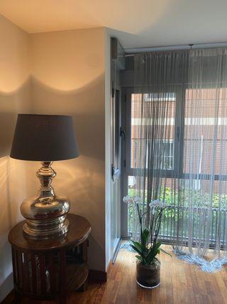 Lámpara diseño Hanbel con pantalla gris.