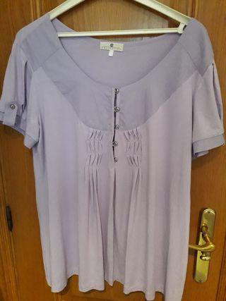 Blusa de manga corta de color lila.