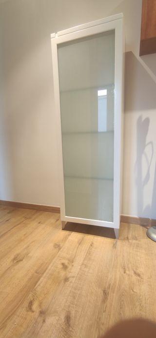 Armario blanco con puerta de cristal, luz interior