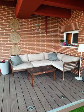 sofá y mesa de jardín .