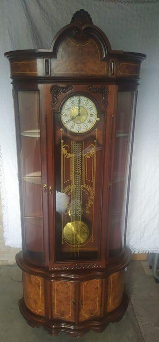 Reloj de pie con péndulo y vitrina