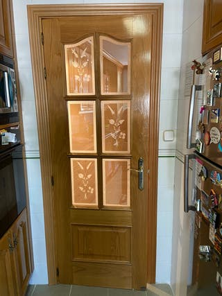 Puerta madera con cristalera