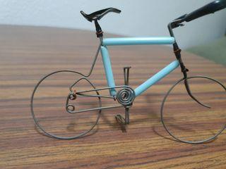 Bicicleta en miniatura de alambre