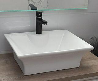 lavabo baño cuadrado cerámica blanca y grifo negro