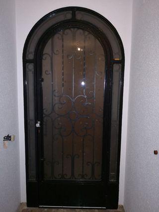 puerta metálica zaguán