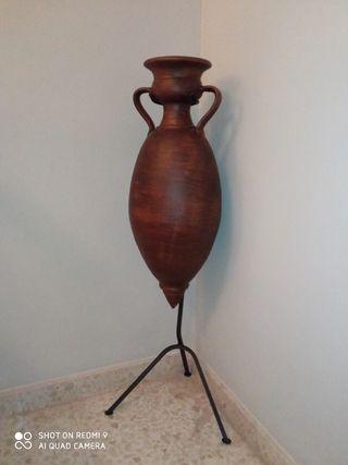 Ánfora de cerámica con pie de hierro