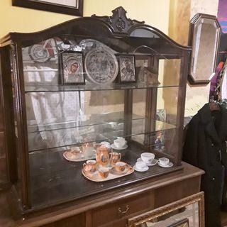 Antigua vitrina de madera