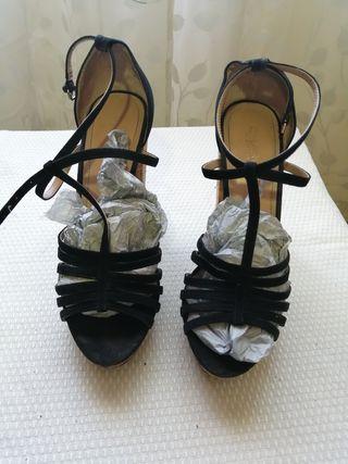 Zapatos de tacón grueso.